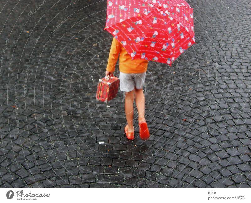 ab in den süden Kind gehen Regenschirm Asphalt Mensch Bewegung Stein
