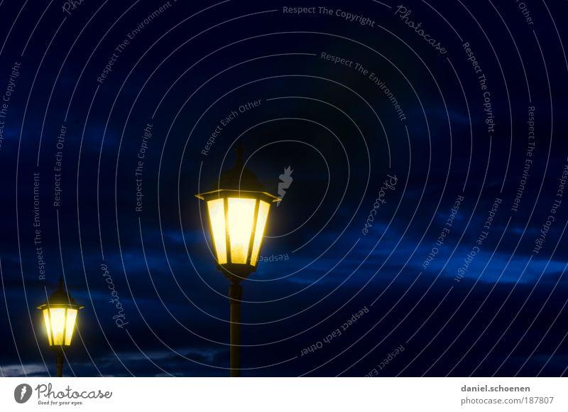 ich wünsche euch schöne Weihnachtstage !! Lampe Wetter blau gelb Laterne paarweise leuchten Himmel Wolken blaue Stunde Textfreiraum rechts Abend Dämmerung Nacht