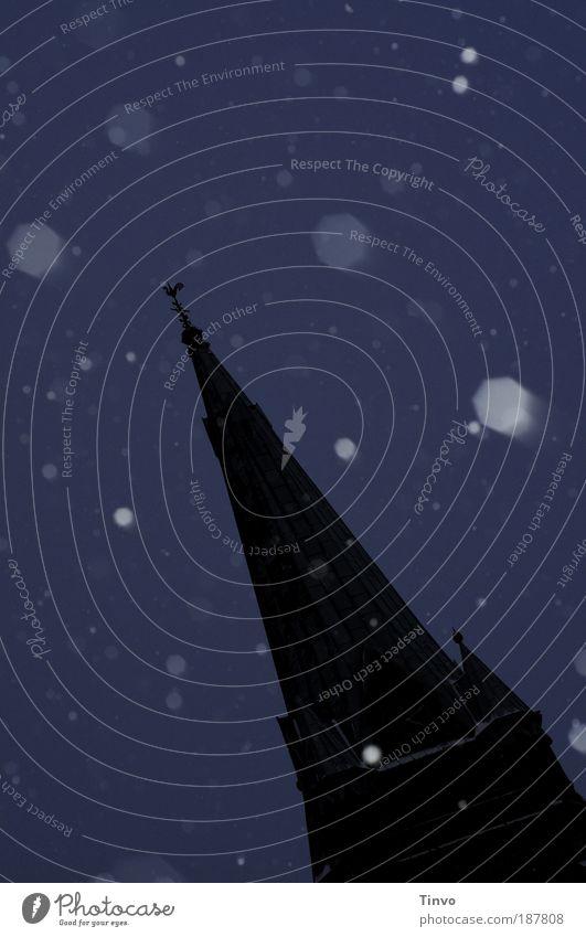 Kirchturm im Schneesturm Natur Wetter Schneefall Kleinstadt Kirche Bauwerk Gebäude Architektur blau schwarz Vorfreude ruhig Stimmung Kirchturmspitze