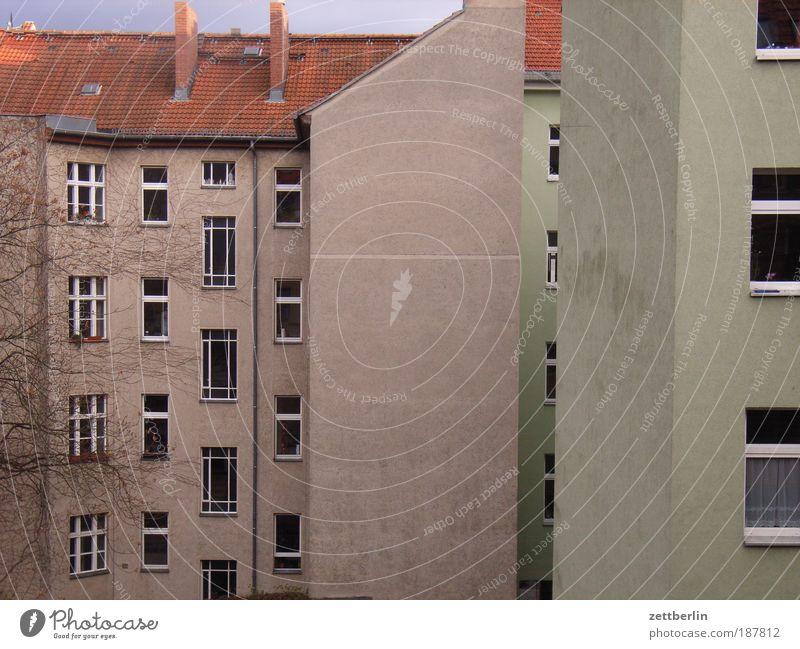 Hinten Stadt Haus Einsamkeit Wand Fenster Mauer Gebäude Fassade trist Dach Beruf Häusliches Leben Etage Schornstein Hinterhof Mieter