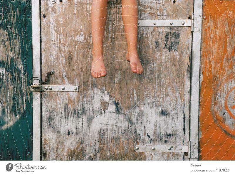 Die Füsse baumeln lassen Mensch Kind Erholung Wand Mauer Fuß Kindheit bequem 3-8 Jahre