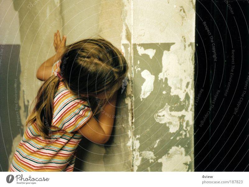 wo Kindererziehung Kleinkind Mädchen Kindheit 3-8 Jahre Vorfreude Überraschung Angst Schüchternheit Neugier Rätsel Zukunft Farbfoto Innenaufnahme Oberkörper
