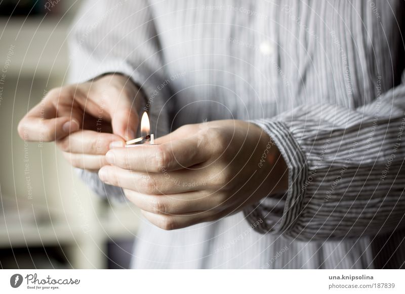 kerze Mensch Jugendliche Hand ruhig Erholung Erwachsene Wärme Gefühle 18-30 Jahre Finger Feuer Kerze heiß Wohlgefühl gemütlich Flamme
