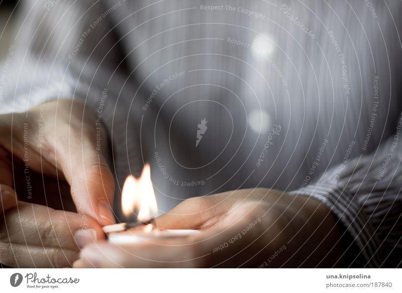 zünden harmonisch Wohlgefühl Sinnesorgane Erholung ruhig Arme Hand Finger 1 Mensch 18-30 Jahre Jugendliche Erwachsene Wärme Kerze Kerzenschein Flamme anzünden