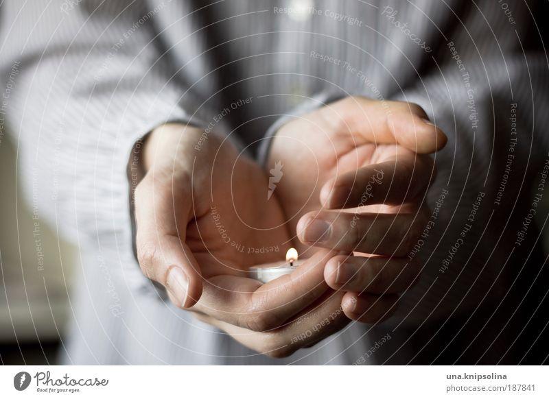 licht harmonisch Wohlgefühl Zufriedenheit Sinnesorgane Erholung ruhig Arme Hand Finger 1 Mensch 18-30 Jahre Jugendliche Erwachsene Wärme Kerze Teelicht Flamme