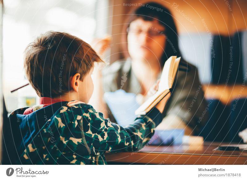 Mutter und Sohn in der Eisenbahn Ferien & Urlaub & Reisen Bahnfahren Mensch Kind Erwachsene Familie & Verwandtschaft Kindheit 2 3-8 Jahre lesen Farbfoto