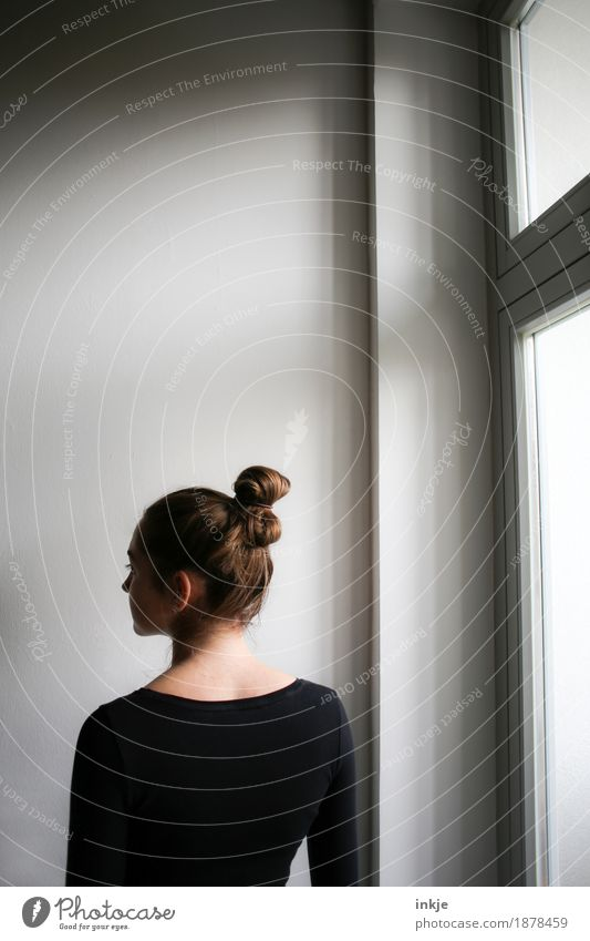 am Fenster Lifestyle Häusliches Leben feminin Mädchen Junge Frau Jugendliche Kindheit Rücken 1 Mensch 13-18 Jahre 18-30 Jahre Erwachsene Haare & Frisuren