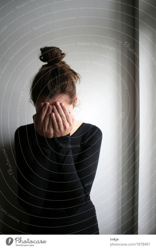 *tröst* Lifestyle Freizeit & Hobby Mädchen Junge Frau Jugendliche Kindheit Leben Oberkörper Hände auf dem Gesicht 1 Mensch 8-13 Jahre 13-18 Jahre 18-30 Jahre