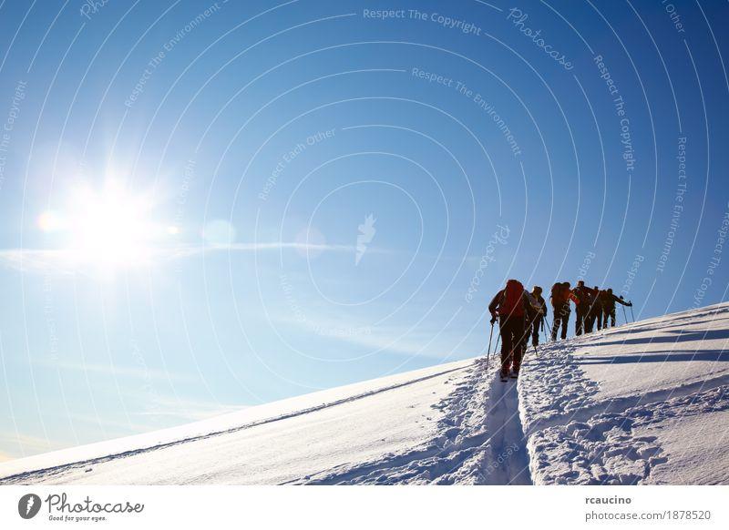 Gruppe von Backcountry-Skifahrer laufen auf die Spitze eines Berges Abenteuer Winter Schnee Berge u. Gebirge wandern Sport Skifahren Mann Erwachsene Landschaft