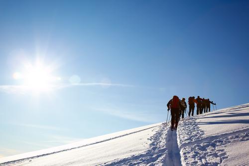 Gruppe von Backcountry-Skifahrer laufen auf die Spitze eines Berges Mann weiß Landschaft Winter Berge u. Gebirge Erwachsene Schnee Sport wandern Europa