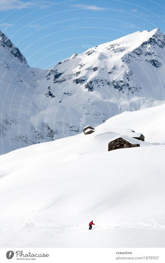 Snowboarder geht bergab über eine verschneite Berglandschaft Ferien & Urlaub & Reisen Winter Schnee Berge u. Gebirge Sport Skifahren Junge Mann Erwachsene Natur