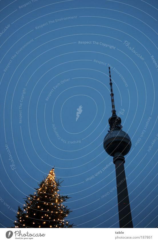 Konkurrenz Himmel Weihnachten & Advent blau Freude Winter Berlin Gefühle Architektur Glück Stil Feste & Feiern Lifestyle Turm Telekommunikation Weihnachtsbaum