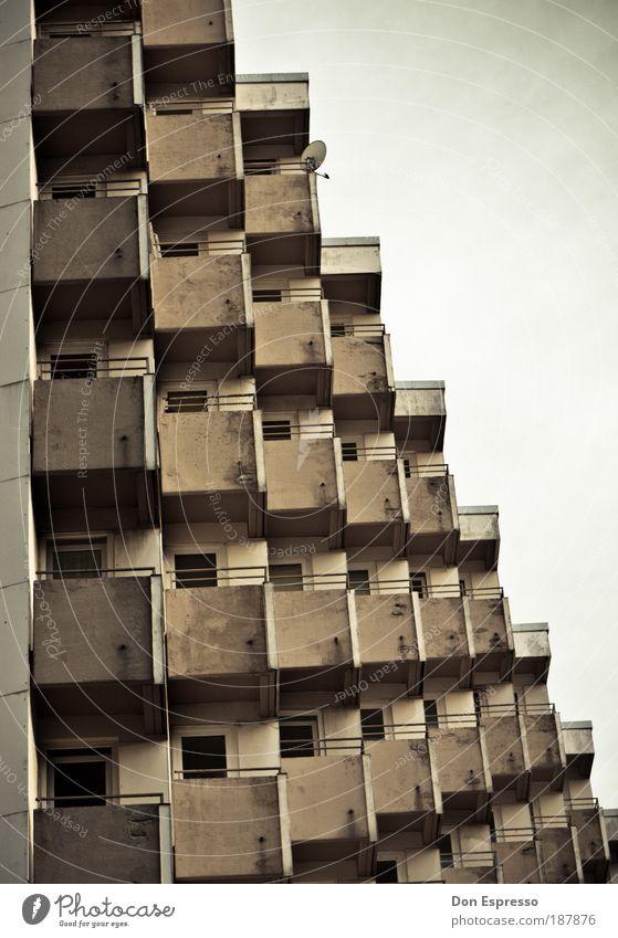 Traumhaus (mit TV) Wohnung Haus Stadt Gebäude Architektur Balkon Fenster Antenne Satellitenantenne Fernsehen schauen Häusliches Leben Armut dreckig dunkel