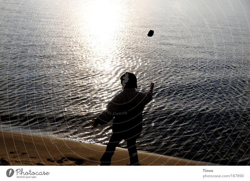 Der kleine Mann und das Meer Mensch Kind Wasser Strand Freiheit Gefühle Sand Küste Stein Stimmung See Kindheit fliegen frei Zukunft einzigartig