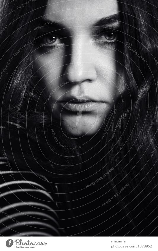_ Mensch Frau Jugendliche Junge Frau Einsamkeit dunkel 18-30 Jahre Gesicht Erwachsene Leben feminin Haare & Frisuren authentisch langhaarig eckig brünett