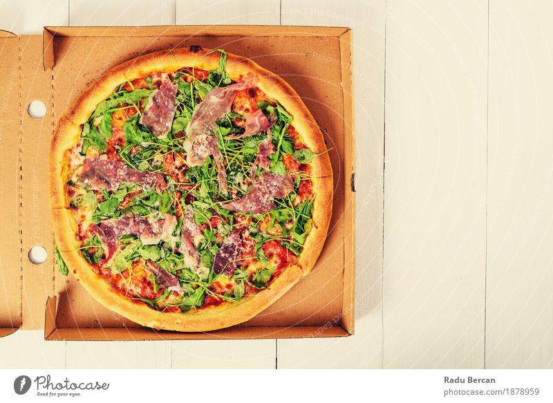 Italienische Pizza mit Rucola, Prosciutto Schinken und Parmesan Lebensmittel Fleisch Gemüse Ernährung Essen Mittagessen Abendessen Fastfood Italienische Küche