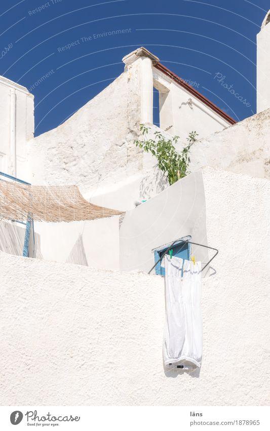 Trockenplatz Häusliches Leben Wohnung Haus Dorf Kleinstadt Bauwerk Gebäude Architektur Mauer Wand Fassade Balkon einfach Wäschetrockner Farbfoto Menschenleer