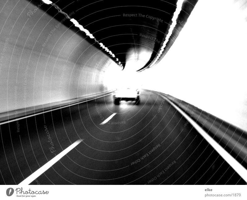 auf dem weg Tunnel Lieferwagen Verkehr sraße PKW Schwarzweißfoto