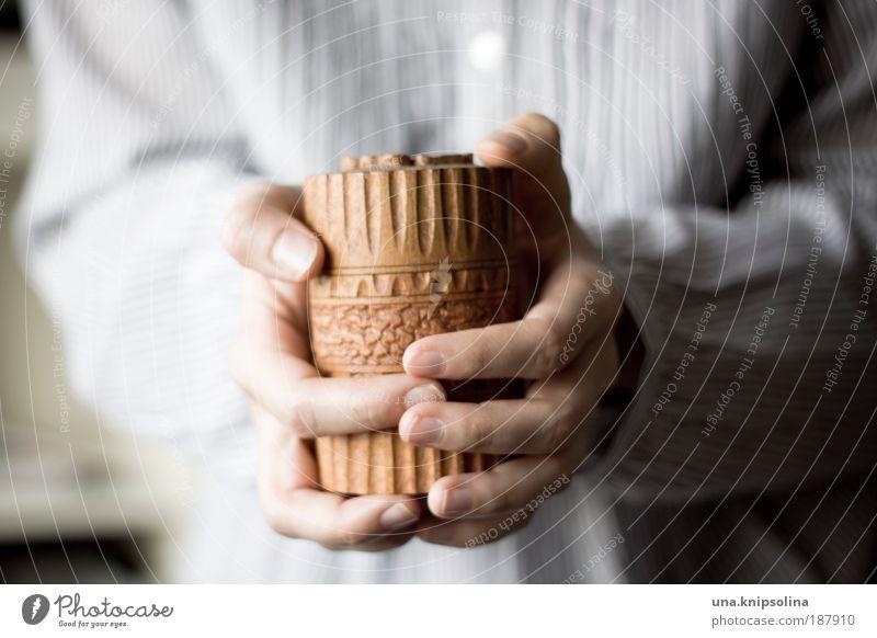 schatz Arme Hand Finger 1 Mensch 18-30 Jahre Jugendliche Erwachsene Verpackung Dose Tresor Holz Ornament festhalten klein Neugier Glück Vorfreude Vertrauen