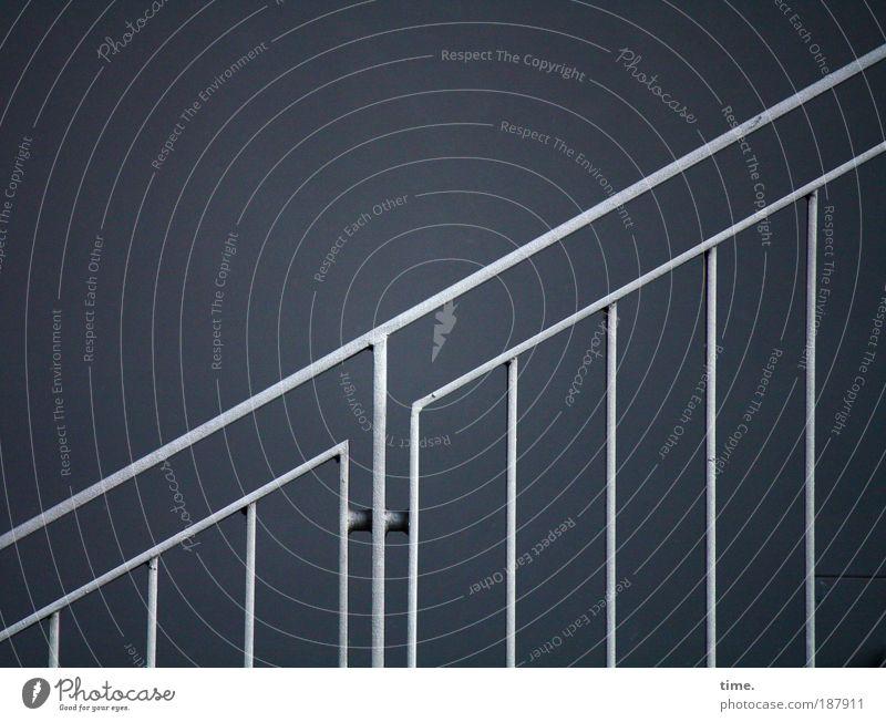 Karrierist Geländer Treppengeländer Stahl diagonal blau silber parallel Ecke aufwärts Scharnier Metall Metallwaren Außenaufnahme Textfreiraum oben links