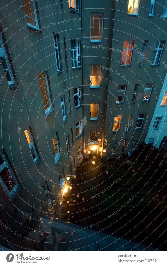 Regen Fassade Fenster Haus Hinterhof Hof Innenhof Stadtzentrum Mehrfamilienhaus Menschenleer Stadthaus Textfreiraum Wand Wetter Häusliches Leben Wohngebiet
