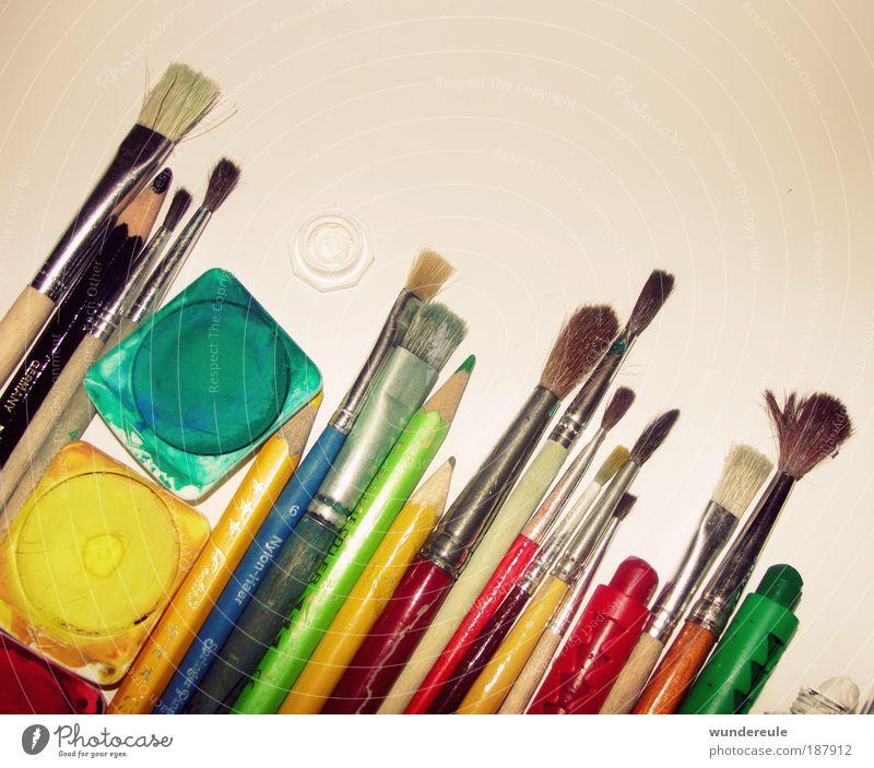 künstlerische Un-Ordnung Farbstoff Kunst mehrfarbig Mensch Nahaufnahme Dekoration & Verzierung Schreibwaren Schreibstift zeichnen Kreativität Künstler Pinsel Maler Intuition Handarbeit