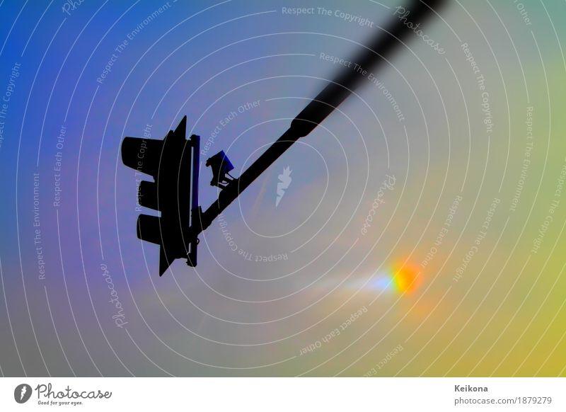 Traffic light against evening sky. Sonnenaufgang Sonnenuntergang Schönes Wetter Stadt Verkehr Verkehrswege Straßenverkehr Autofahren Straßenkreuzung Ampel
