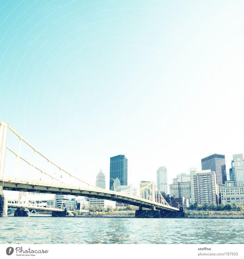 RIVERSIDE Flussufer Pittsburgh USA Hafenstadt Stadtzentrum Skyline Haus Hochhaus Bankgebäude Brücke Glas Stahl ästhetisch Farbfoto Außenaufnahme Menschenleer