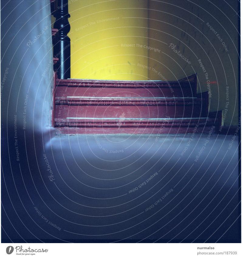Runtergekommen rot Haus gelb Umwelt Architektur grau Gebäude Kunst dreckig Treppe Hochhaus authentisch fest gruselig Geländer