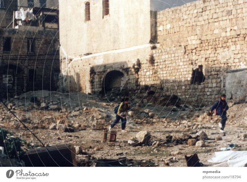 Slum-Kids Kind Israel Jerusalem Ruine Spielen Elendsviertel Krieg Menschengruppe Schulweg rennen Ost-Jerusalem alt kaputt schäbig trist Palaestinenser