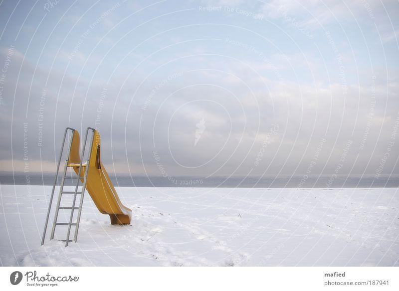 Guten Rutsch Spielen Kinderspiel Sommerurlaub Winter Schnee Landschaft Sand Wasser Himmel Eis Frost Küste Strand Ostsee blau gelb grau weiß Freude Sehnsucht