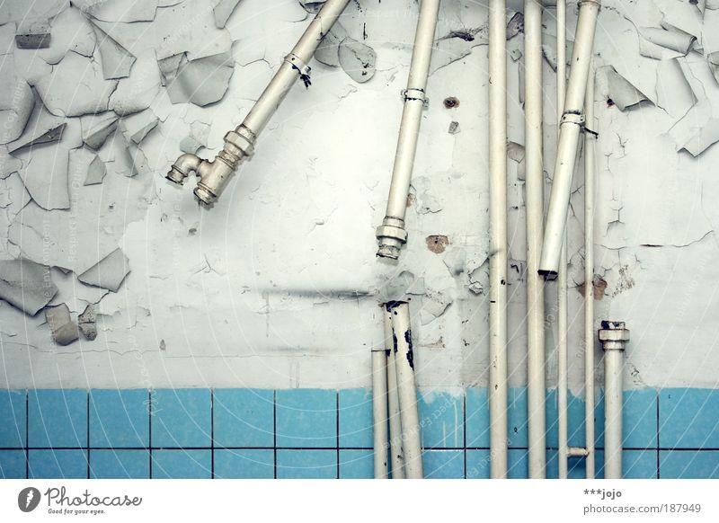 falsch verbunden. alt Farbe Raum leer trist Bad kaputt Vergänglichkeit Toilette Fliesen u. Kacheln verfallen Verbindung Verfall Bauwerk Installationen Putz