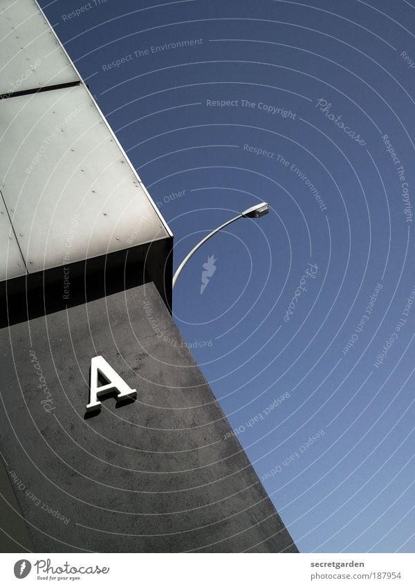 A wie Auf ins neue Jahr! blau Stadt Wand Architektur grau Mauer Linie Beton Hochhaus Schriftzeichen einfach rein Laterne Symmetrie Neigung