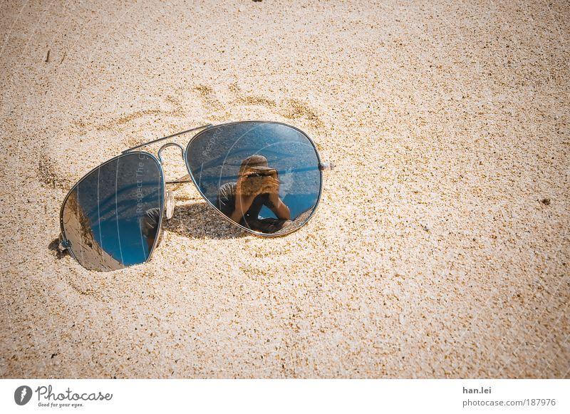 Sonnenbrille Strand Meer Mensch Mann Erwachsene Sand Schönes Wetter Brille heiß Vignettierung Sommerlaune Fotografieren Pornobrille Selbstportrait Spuren Boden
