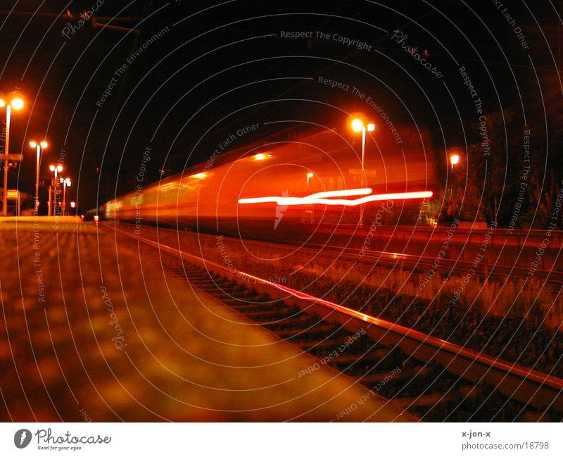 Zug bei Nacht 1 Eisenbahn Geschwindigkeit Verkehr Farbklima