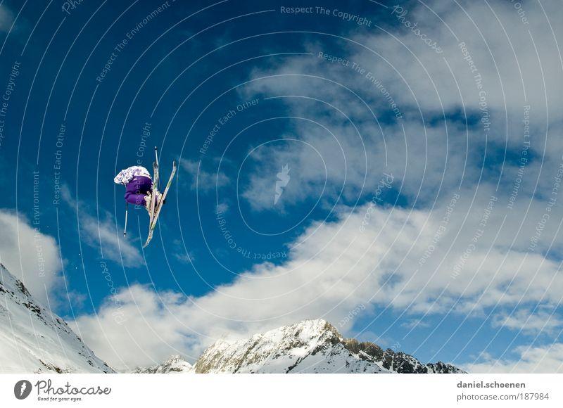 no risk - no fun !! Mensch Himmel Jugendliche weiß blau Freude Ferien & Urlaub & Reisen Winter Schnee Freiheit Berge u. Gebirge Gefühle Sport Erwachsene Freizeit & Hobby fliegen