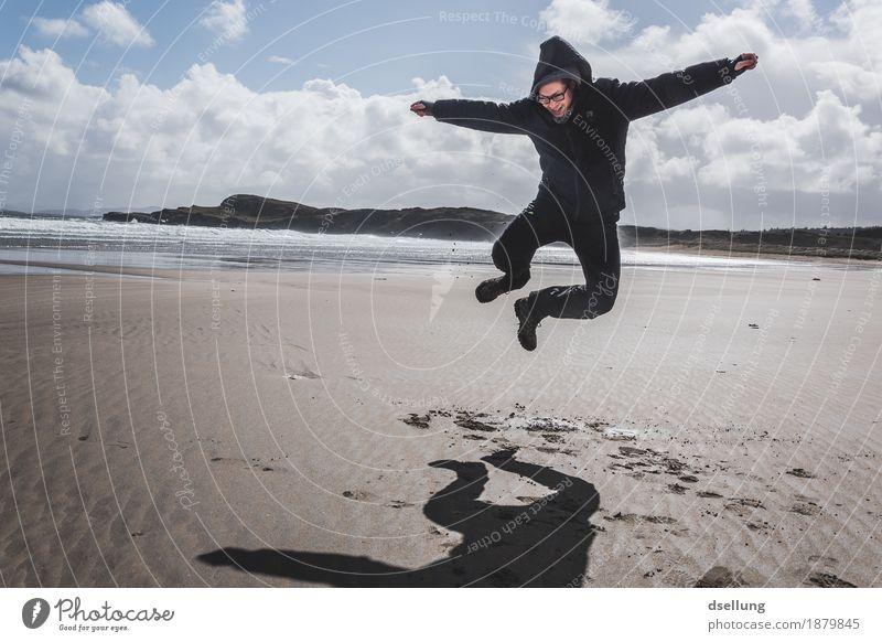 endlich am meer. Freude Glück Freizeit & Hobby Spielen Ferien & Urlaub & Reisen Tourismus Ausflug Abenteuer Ferne Freiheit Strand Meer wandern maskulin