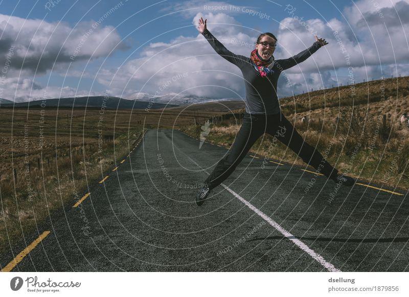 springende Frau auf einer Landstraße mit Bergen im Hintergrund feminin Junge Frau Jugendliche 1 Mensch 18-30 Jahre Erwachsene Landschaft Wolken Sonne Frühling