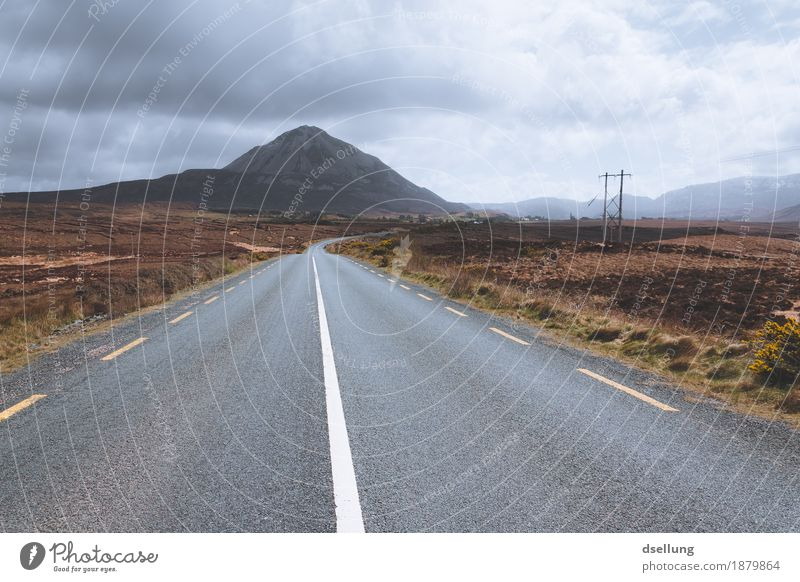 errigal. Umwelt Natur Landschaft Himmel Wolken Frühling Sommer Herbst Wetter Wiese Feld Hügel Berge u. Gebirge Straße Ferne frei gigantisch groß braun grau grün