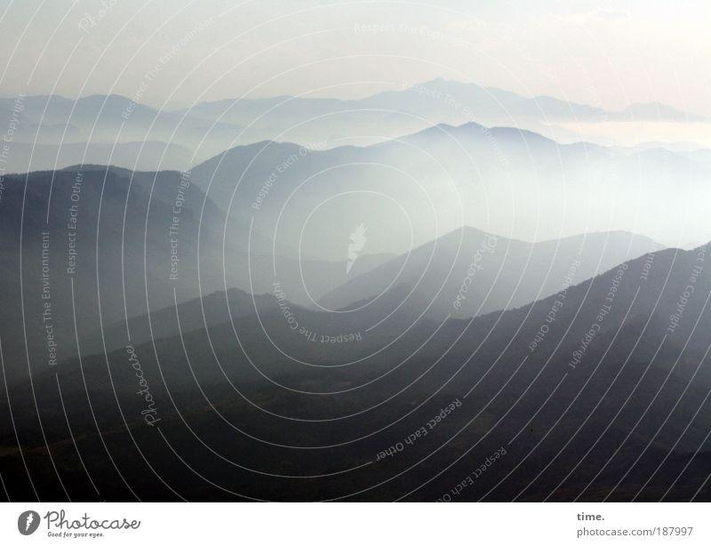 Der Ferne so nah Himmel blau Pflanze Wolken Ferne Berge u. Gebirge oben Traurigkeit Horizont Nebel beobachten Gipfel Sehnsucht Spanien Frankreich Dunst