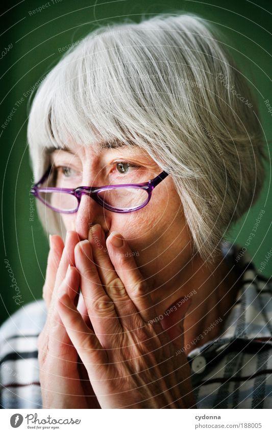 In Gedanken Mensch Frau Hand schön ruhig Gesicht Erwachsene Erholung Leben Senior Porträt Religion & Glaube Zeit Gesundheit Zufriedenheit Haut