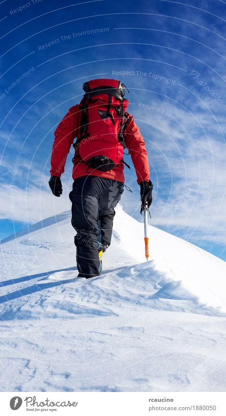 Mensch Himmel Natur Ferien & Urlaub & Reisen Mann weiß Landschaft rot Einsamkeit Winter Berge u. Gebirge Erwachsene Schnee Sport wandern Kraft
