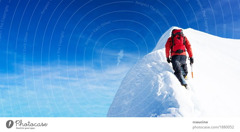Mountaineer erreicht den Gipfel eines schneebedeckten Gipfels. Mann Winter Berge u. Gebirge Sport wandern Kraft Erfolg Abenteuer Klettern Expedition Leistung