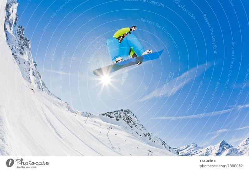 Snowboarder, der weg von einem Sprung, Italien startet. Freude Ferien & Urlaub & Reisen Winter Schnee Berge u. Gebirge Sport Junge Mann Erwachsene Alpen