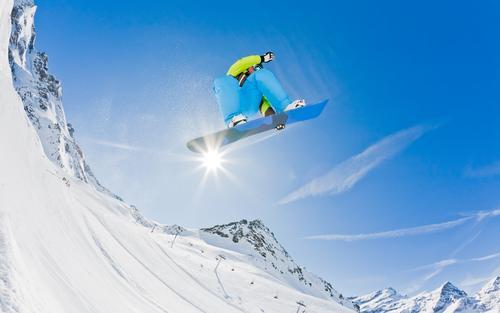 Snowboarder, der weg von einem Sprung, Italien startet. Ferien & Urlaub & Reisen Mann Freude Winter Berge u. Gebirge Erwachsene Schnee Sport Junge springen