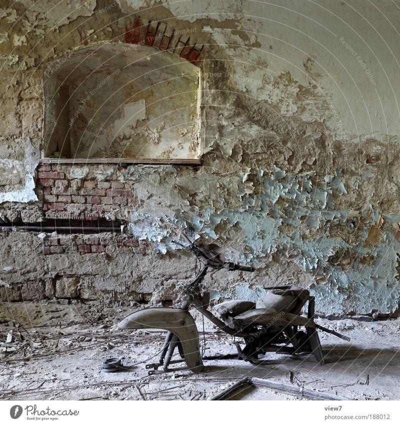 Meine Oma fährt im Hühnerstall Motorrad ... Keller Mauer Wand Fassade Verkehr Fahrzeug Kleinmotorrad Stein Beton Zeichen alt authentisch dreckig dunkel dünn