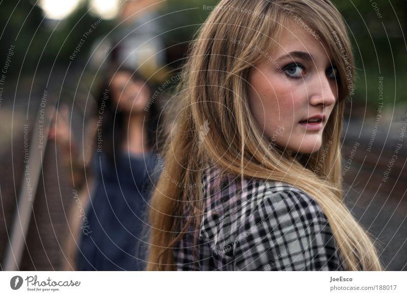 positive erwartungshaltung Lifestyle Freude Freizeit & Hobby Spielen Mensch Frau Erwachsene Freundschaft Jugendliche Leben Gesicht 2 Mode Haare & Frisuren blond