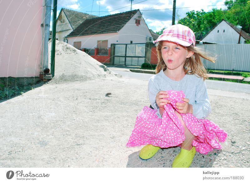 farbe bekennen Lifestyle Spielen Mensch Mädchen 1 3-8 Jahre Kind Kindheit Baum Dorf Einfamilienhaus Straße Wege & Pfade Kleid Schuhe Gummistiefel Mütze hocken
