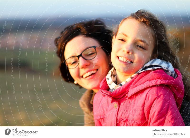 Mutter und Tochter Frau Natur Landschaft Freude Mädchen Erwachsene Gefühle Familie & Verwandtschaft lachen Glück Freiheit Stimmung Zusammensein Freundschaft
