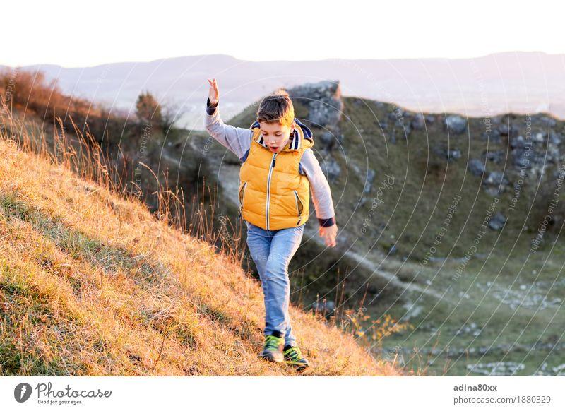 Herbstsonne Natur Ferien & Urlaub & Reisen Landschaft Freude Berge u. Gebirge Bewegung Junge Spielen Glück gehen Freizeit & Hobby wandern Kindheit Kraft Erfolg